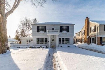 6209 N Lake Dr, Whitefish Bay, WI 53217