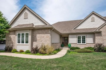 N58W5238 Highland Crossings Cir, Cedarburg, WI 53012-2135