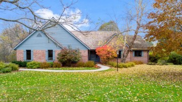 5452 Woodland Summit, West Bend, WI 53095-8798