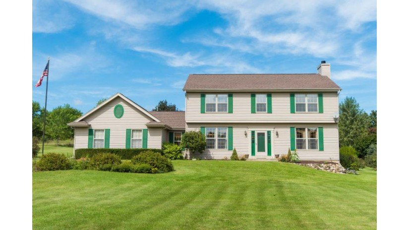 S94W32580 Hickorywood Trl Mukwonago, WI 53149-8672 by RE/MAX Realty 100 $389,900