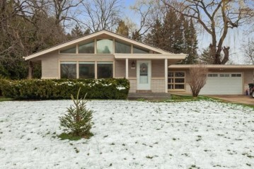 4900 S Woodlawn Pl, Greenfield, WI 53228-3433