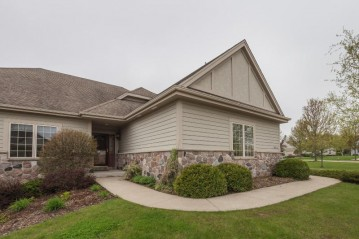 N60W5007 Highland Crossing Cir, Cedarburg, WI 53012