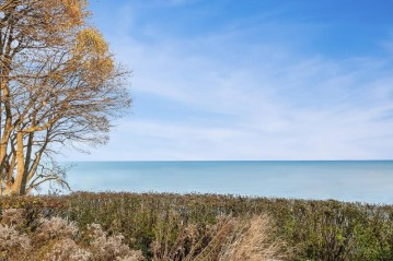 5862 N Shore Dr, Whitefish Bay, WI 53217-4632
