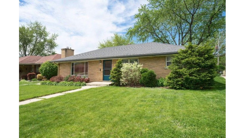 2811 S Cleveland Park Dr West Allis, WI 53219-2812 by First Weber Inc - Menomonee Falls $225,000