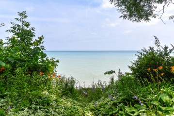 7254 N Beach Dr, Fox Point, WI 53217-3659