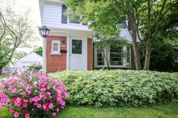 6233 N Lydell Ave, Whitefish Bay, WI 53217-4305