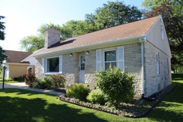 4821 W St Francis Ave, Greenfield, WI 53220-1528