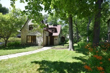 984 E Circle Dr, Whitefish Bay, WI 53217
