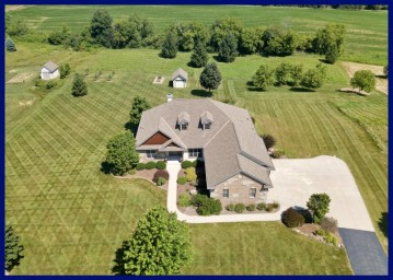 5270 Fox Hollow Dr, Richfield, WI 53027-8721