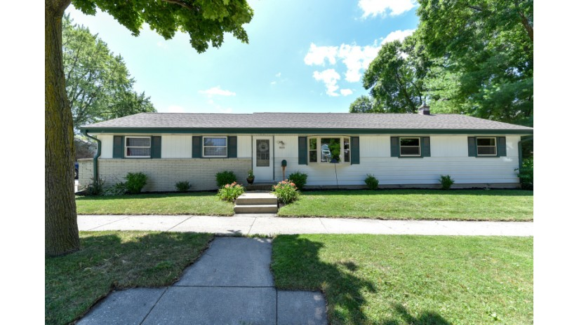 9427 W Manitoba St West Allis, WI 53227-3624 by Shorewest Realtors $174,900