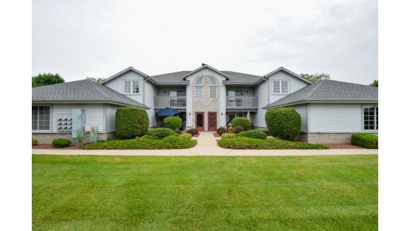 921 Quinlan Dr G Pewaukee, WI 53072-1854 by Shorewest Realtors $180,000