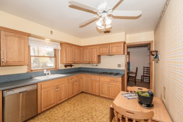 4514 N 100th St, Wauwatosa, WI 53225-4706