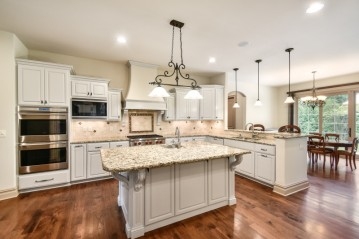 1735 Wedgewood Dr E, Elm Grove, WI 53122-1052
