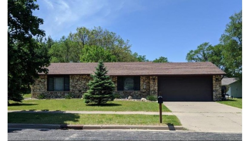 2105 Amanda Dr Reedsburg, WI 53959 by Evergreen Realty Inc $159,000