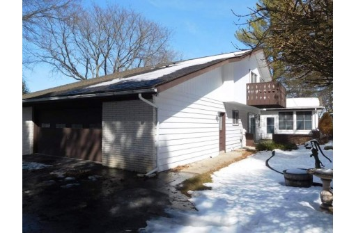 1220 Crestview Dr, Baraboo, WI 53913