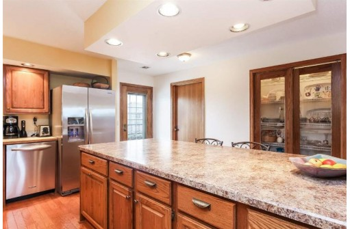 5379 Mariners Cove Dr 514, Madison, WI 53704