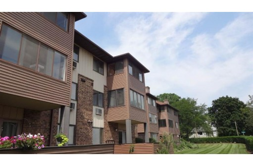 2 Maple Wood Ln 29, Madison, WI 53704