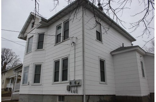 235 N 4th St, Platteville, WI 53818