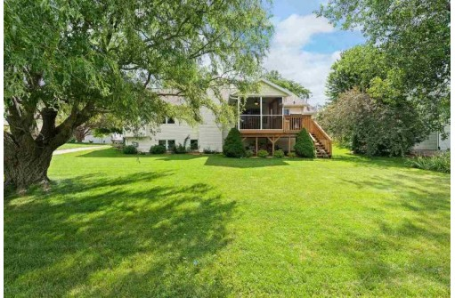 925 Sunset Dr, Cottage Grove, WI 53527
