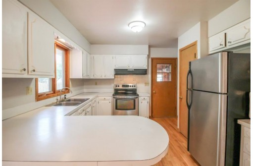 414 Memorial Dr, Fort Atkinson, WI 53538-1953