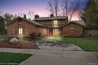 75 Woodland Shores Dr Grosse Pointe Shores, MI 48236