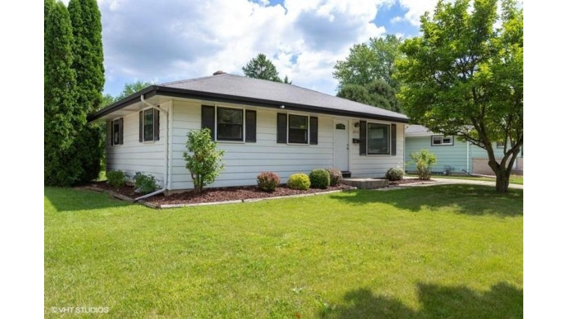 8900 W Daphne St Milwaukee, WI 53224-5345 by Coldwell Banker HomeSale Realty - New Berlin $159,900