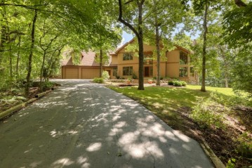 S1W31449 Hickory Hollow Ct, Delafield, WI 53018-2955