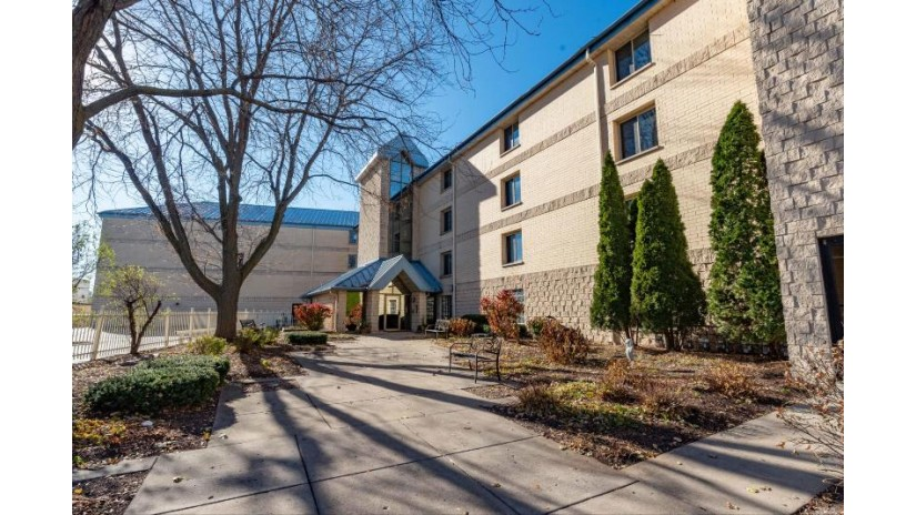 130 W Wisconsin Ave 25 Pewaukee, WI 53072 by Lake Country Listings $400,000