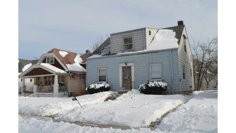 4870 N 24th Pl Milwaukee, WI 53209-5631 by Shorewest Realtors $84,900