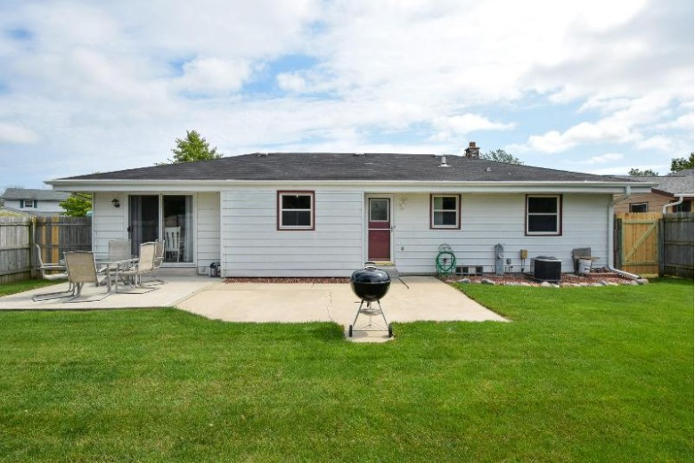 8465 S Woodvale Dr, Oak Creek, WI by Re/Max Realty 100 $269,900