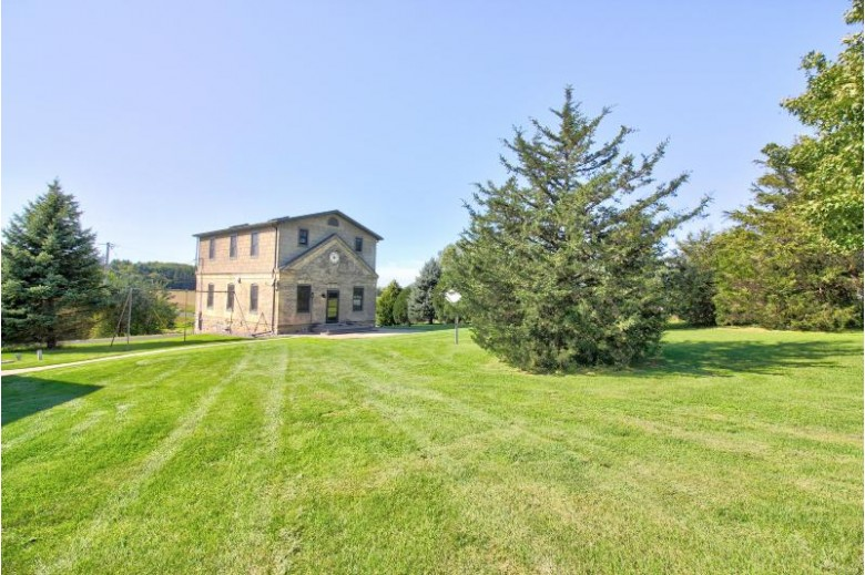 N4096 Duck Creek Rd, Helenville, WI by Redefined Realty Advisors Llc $299,000