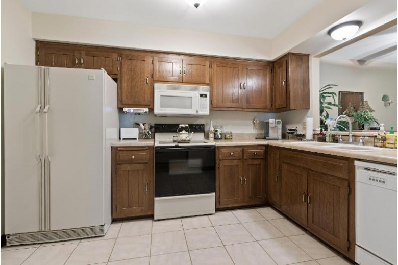 350 Park Hill Dr G, Pewaukee, WI by Bluebell Realty $154,900