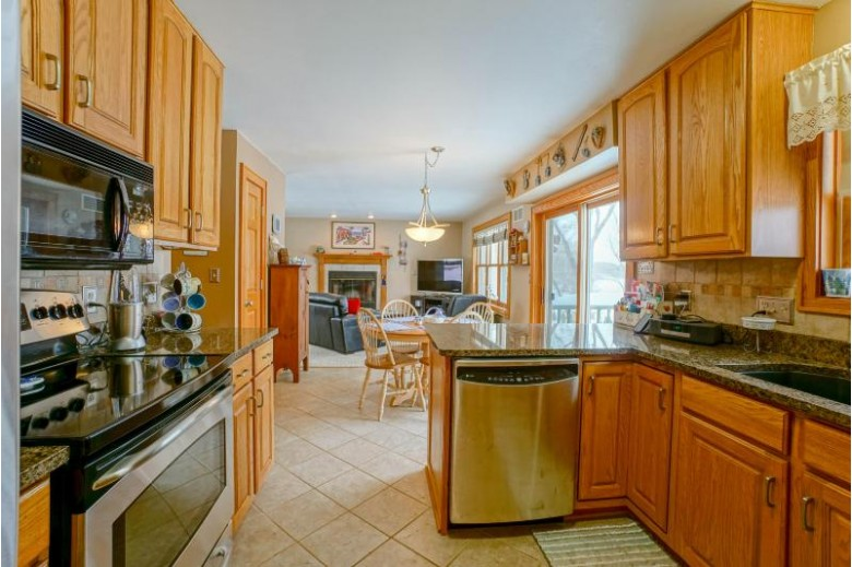 W289N7951 Park Dr, Hartland, WI by Lake Country Flat Fee $719,900