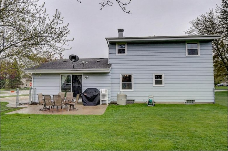 7206 W Southview Dr Franklin, WI 53132-9746 by Re/Max Realty 100 $284,900