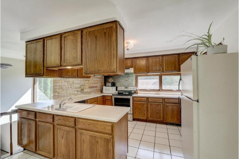 1040 Hickory Hill Pkwy, Hubertus, WI by Mypro Realty $334,900