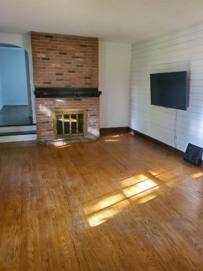 915 Allouez Terrace, Green Bay, WI by Coldwell Banker Real Estate Group $180,000