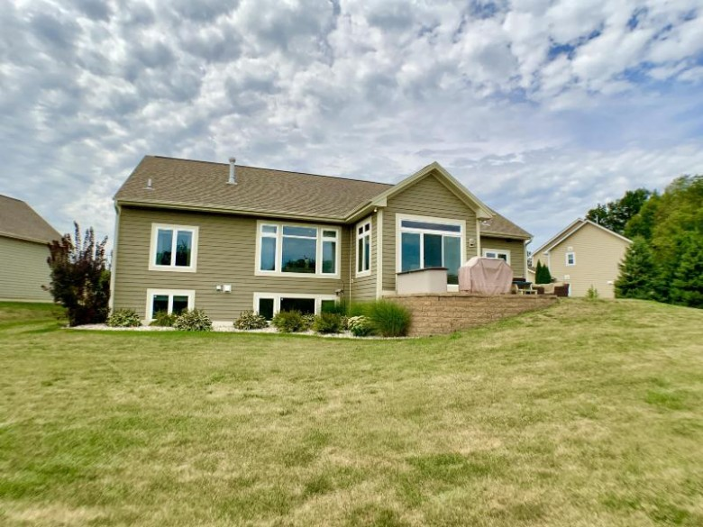 N78W22914 N Coldwater Cir Sussex, WI 53089 by Lake Country Flat Fee $489,900