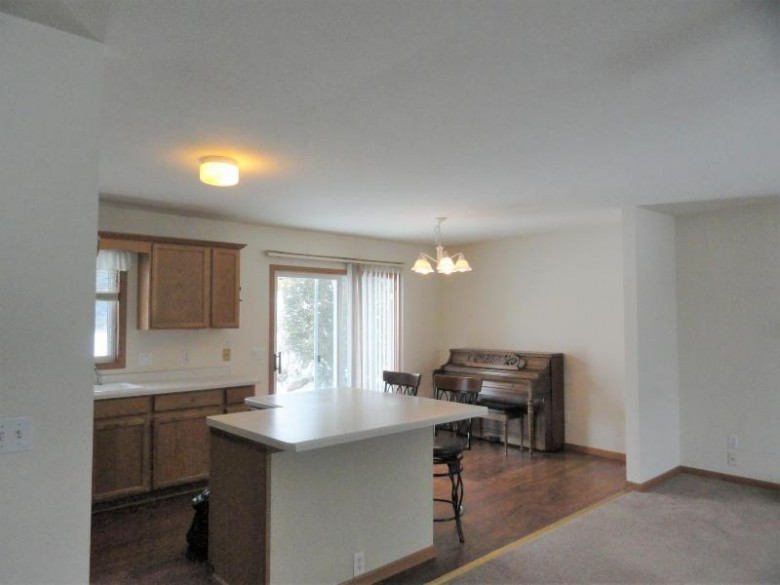 516 Broadmoore Dr Hartford, WI 53027-2737 by Re/Max Insight $195,000