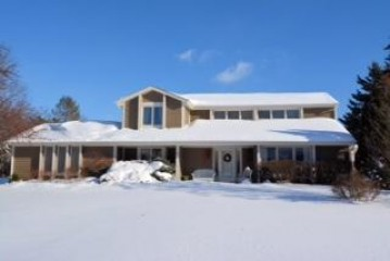 10206 N Concord Dr, Mequon, WI 53097-3671