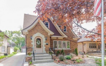 7903 Hillcrest Dr, Wauwatosa, WI 53213-2136