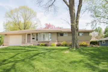 5762 Oxford DR, Greendale, WI 53129-2561