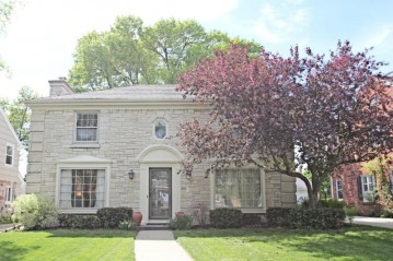 2431 N 96th St, Wauwatosa, WI 53226-1754