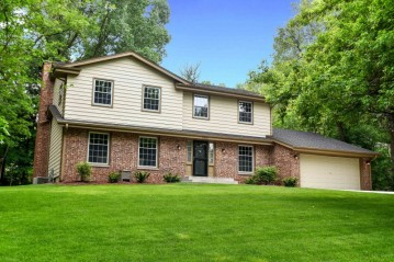 15645 Heather Hill Dr, Brookfield, WI 53005-2215