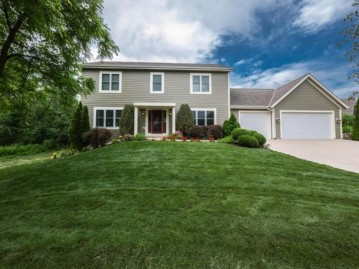 130 Upper Woodford CIR, West Bend, WI 53090-1091