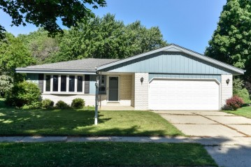 6085 Thornapple Dr, Greendale, WI 53129-2642