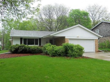 4464 N 105th St, Wauwatosa, WI 53225-4510