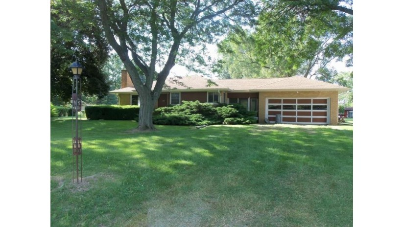 12431 W Nicolet Dr New Berlin, WI 53151-8255 by Dave Schmidt Realty $215,000
