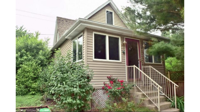 3509 S Whitnall Ave Milwaukee, WI 53207-3335 by Re/Max Lakeside-Capitol $129,900