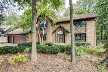 10182 Whitnall Ct, Hales Corners, WI 53130-2618