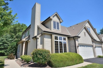 536 Country Crest Ln, Waukesha, WI 53188-3915